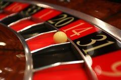 Klassiskt kasinorouletthjul med bollen royaltyfri fotografi