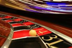 Klassiskt kasinorouletthjul med bollen royaltyfri bild
