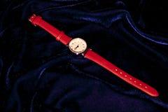 Klassiskt kvinnaarmbandsur för Closeup med läderarmbandet royaltyfri bild