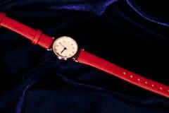 Klassiskt kvinnaarmbandsur för Closeup med läderarmbandet royaltyfria foton