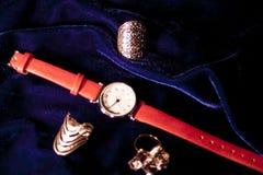 Klassiskt kvinnaarmbandsur för Closeup med läderarmbandet arkivfoto