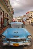 Klassiskt ljus - blå kubansk bil på vägrenen i havannacigarr fotografering för bildbyråer