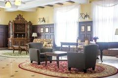 Klassiskt möblemang - bordlägga och stolar i korridor arkivbild