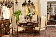 Klassiskt möblemang i lyxig matsal royaltyfri foto