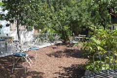 Klassiskt möblemang, metalltabellstolar i sommaren parkerar arkivfoton