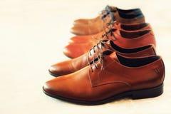 Klassiskt mode polerade skor för brunt för man` s på grå bakgrund Selektivt fokusera kopiera avstånd baner Sale och shopping arkivbild