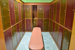 klassiskt omklädningsrum med låsbara skåpträ för bänk arkivfoto