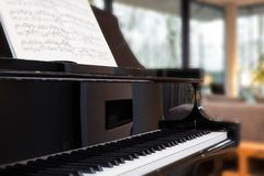 klassiskt piano med musikboken arkivbild