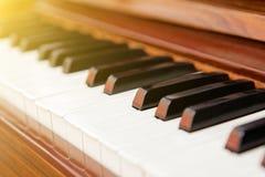 Klassiskt piano med svartvita tangenter royaltyfri bild