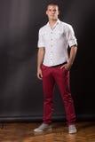 Klassiskt posera för ung man stå 20 år gammal flåsandeskjortacasua Arkivfoto
