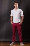 Klassiskt posera för ung man stå 20 år gammal flåsandeskjortacasua Royaltyfria Bilder