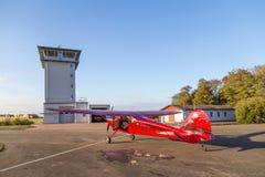 Klassiskt rött Cessna 170 flygplan royaltyfri bild
