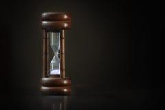 Klassiskt sand-exponeringsglas på mörk bakgrund royaltyfria bilder