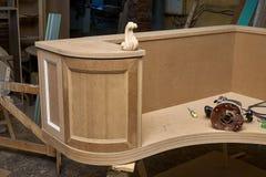 Klassiskt skrivbord Byggande tabletop Trämöblemangtillverkningsprocess arkivbilder