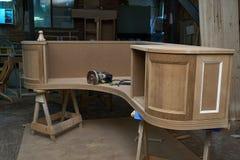 Klassiskt skrivbord Skrivbords- byggandeprocess Trämöblemangtillverkningsprocess royaltyfria bilder