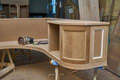 Klassiskt skrivbord Skrivbords- byggandeprocess Trämöblemangtillverkningsprocess royaltyfria foton