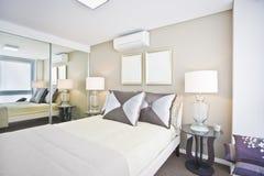 Klassiskt sovrum av det moderna huset med vita säng och kuddar royaltyfri fotografi