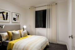 Klassiskt sovrum av ett modernt hus med tabelllampor på Royaltyfri Bild