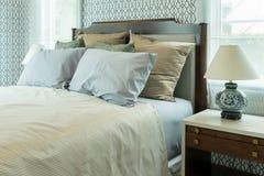 Klassiskt sovrum med blåttkuddar och den kinesiska lampan royaltyfria bilder