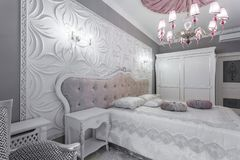 Klassiskt sovrum med dubbelsäng, tv Royaltyfri Foto