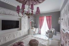 Klassiskt sovrum med dubbelsäng, tv Arkivbilder