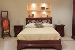 Klassiskt sovrum med elegant trämöblemang royaltyfria foton