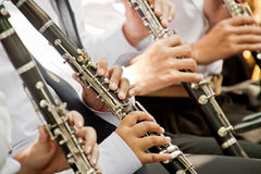 Klassiskt spela för musikerklarinett arkivfoto