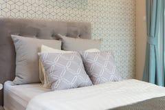 klassiskt stilsovrum med enkel säng arkivfoto