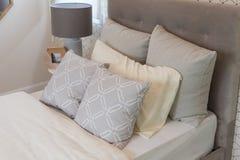klassiskt stilsovrum med enkel säng royaltyfri fotografi