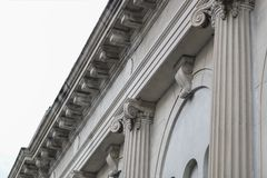 Klassiskt tak för fasadkolonnbyggnad royaltyfri fotografi