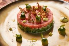 Klassiskt tartare kött med ingredienser på plattan royaltyfria bilder