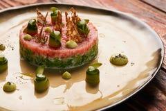 Klassiskt tartare kött med ingredienser på plattan royaltyfria foton