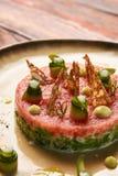 Klassiskt tartare kött med ingredienser på plattan royaltyfri foto