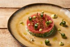 Klassiskt tartare kött med ingredienser på plattan arkivbilder