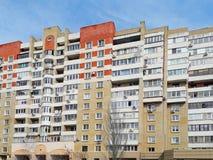Klassiskt tegelstenmång--våning hus, Ryssland mobilt foto arkivfoto