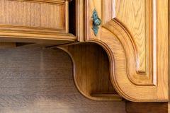 Klassiskt träkök Förkroppsligandet av lösningar för modern design arkivbild