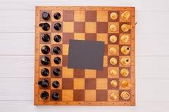 Klassiskt träschackbräde med schackstycken arkivfoton