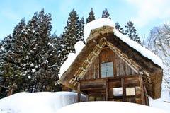 Klassiskt triangelhus runt om snöberget Royaltyfria Foton