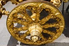Klassiskt utsmyckat guld- hjul på en ceremoniell vagn royaltyfri fotografi