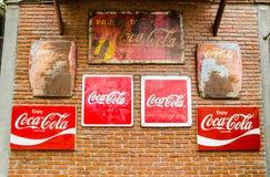 Klassiskt varumärke som brännmärker logo av cocaen - colasamling på väggen för röd tegelsten arkivbilder