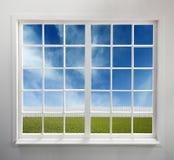 Klassiskt vitt fönster med en sikt royaltyfria bilder
