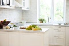 Klassiskt vitt kök med sund mat fotografering för bildbyråer