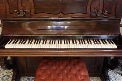 Klassiskt wood piano royaltyfria bilder