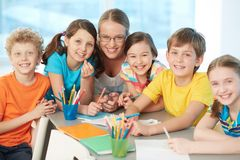 Klasskompisar och lärare Arkivbild