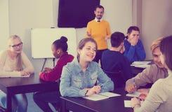 Klasskompisar som arbetar i grupper Arkivbild