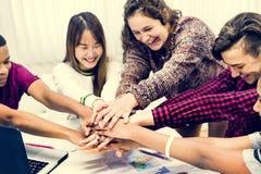 Klasskompisar som sammanfogar handteamwork och framgångbegrepp arkivfoto