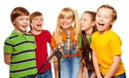 Klasskompisar som tillsammans sjunger Arkivbild
