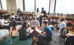 Klasskompisklassrum som delar internationellt vänbegrepp royaltyfri fotografi