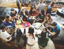 Klasskompisklassrum som delar internationellt vänbegrepp royaltyfri bild