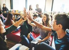 Klasskompisklassrum som delar internationellt vänbegrepp arkivfoto